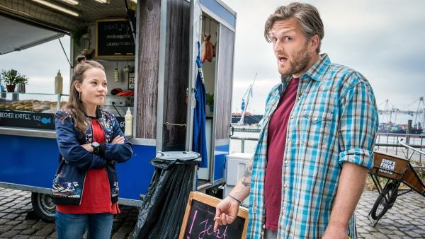 Sven (Bo Hansen) findet nicht, dass er vegane Fischbrötchen anbieten muss. Kira (Marlene von Appen) schon. | Rechte: NDR/Boris Laewen