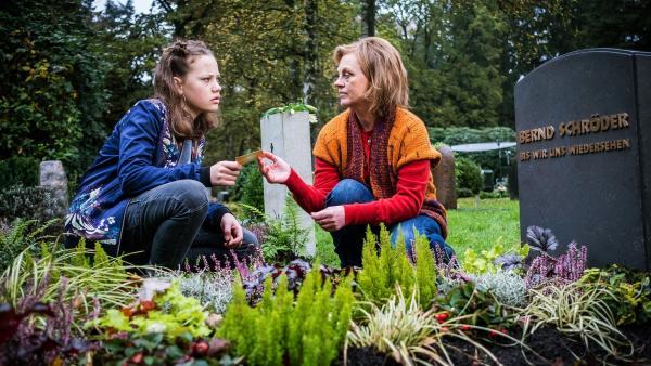 Auf dem Friedhof spricht Kira (Marlene von Appen, li.) mit Edith (Jessica Kosmalla). | Rechte: NDR/Boris Laewen