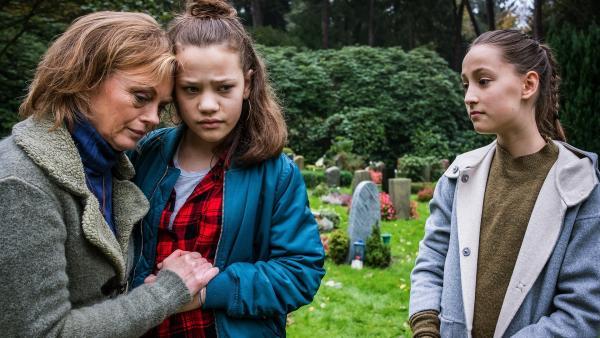 Edith und Kira glauben an Nachrichten aus dem Jenseits - Nele ist skeptisch. | Rechte: NDR/Boris Laewen
