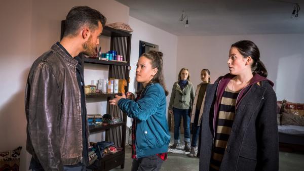 Kira (Marlene von Appen, Mi.) hat keine Angst vor Akki (Philipp Kronenberg) und Franca (Muriel Bielenberg). | Rechte: NDR/Boris Laewen