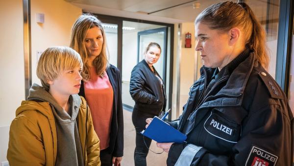 Levin (Moritz Pauli, li.) ist ein wichtiger Zeuge für die Polizei - Lucia (Amber Bongard) lauscht im Hintergrund. | Rechte: NDR/Boris Laewen