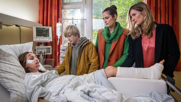 Levin (Moritz Pauli), Krissi (Silja von Kriegstein, 2.v.re.) und Imke (Lena Münchow, re.) am Krankenbett von Nele (Ronja Levis). | Rechte: NDR/Boris Laewen
