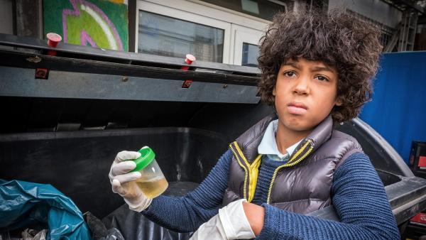Femi (Spencer König) findet im Müll eine Urinprobe. | Rechte: NDR/Boris Laewen