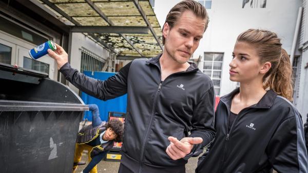 Femi (Spencer König) lauscht wie Kiras Konkurrentin Tomke (Sophie Stern, re.) von Trainer Olaf  (Tobias Schönenberg) eingenordet wird. | Rechte: NDR/Boris Laewen