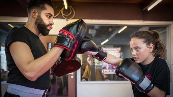 Kim (Kais Setti, li.) bereitet Kira (Marlene von Appen) auf die Kickbox-Meisterschaften vor. | Rechte: NDR/Boris Laewen