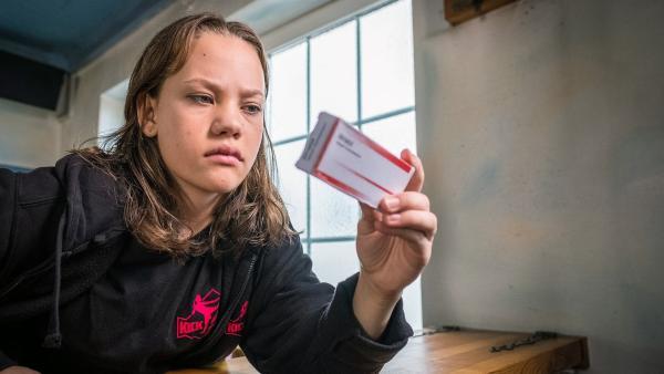 Kira (Marlene von Appen) fragt sich, wie Dopingmittel in ihre Sporttasche kommen. | Rechte: NDR/Boris Laewen