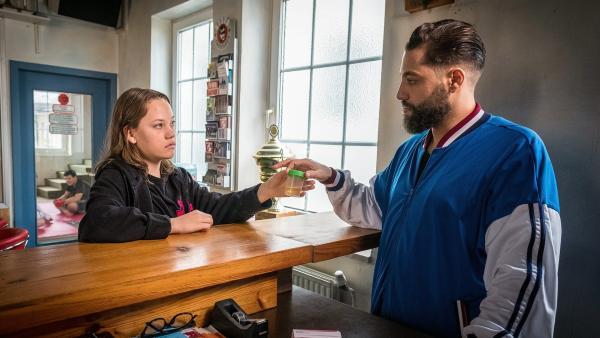 Kira (Marlene von Appen) übergibt Kim (Kais Setti) ihre Urinprobe - noch vertraut er ihr nicht hundertprozentig. | Rechte: NDR/Boris Laewen