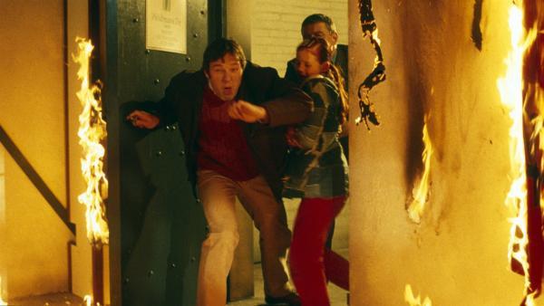 Johanna (Carlotta Cornehl) und Leas Vater (Kristian Bader) stürzen auf der Suche nach Jojos verschwundener Schulfreundin Lea in das brennende Teekontor. | Rechte: NDR/Sandra Höver
