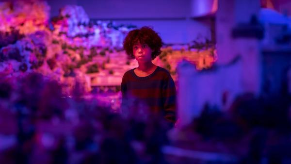 Femi (Spencer König) ist fasziniert von den blauen Nächten im Wunderland. | Rechte: NDR/Letterbox Filmproduktion/Boris Laewen