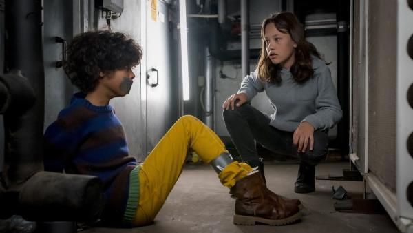 Endlich hat Kira (Marlene Appen) Femi (Spencer König) gefunden! | Rechte: NDR/Letterbox Filmproduktion/Boris Laewen