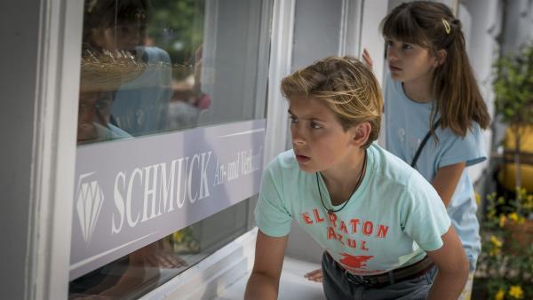 Jonny (Leander) und Lou (Luna) gehen Ronja bis zum Schmuckladen hinterher. | Rechte: NDR/Letterbox Filmproduktion/Boris Laewen