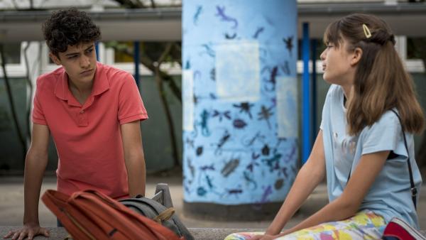 Tarun (Caspar, links) macht sich Sorgen um Ronja, Lou (Luna) versucht ihn zu beruhigen. | Rechte: NDR/Letterbox Filmproduktion/Boris Laewen