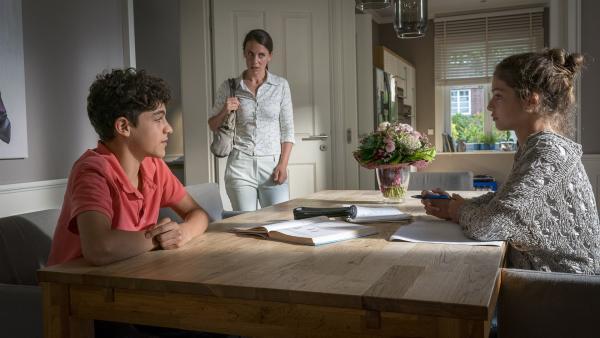 Tarun (Caspar) gibt Ronja Nachhilfe in Physik, doch ihre Mutter weiß von nichts. | Rechte: NDR/Letterbox Filmproduktion/Boris Laewen