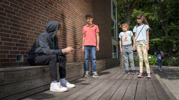 Was hat der Junge im schwarzen Hoodie mit Ronjas blauen Flecken zu tun? | Rechte: NDR/Letterbox Filmproduktion/Boris Laewen