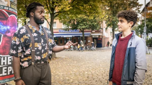 Friseur Kalle hat noch einen Termin für Tarun (Caspar, rechts). | Rechte: NDR/Letterbox Filmproduktion/Boris Laewen