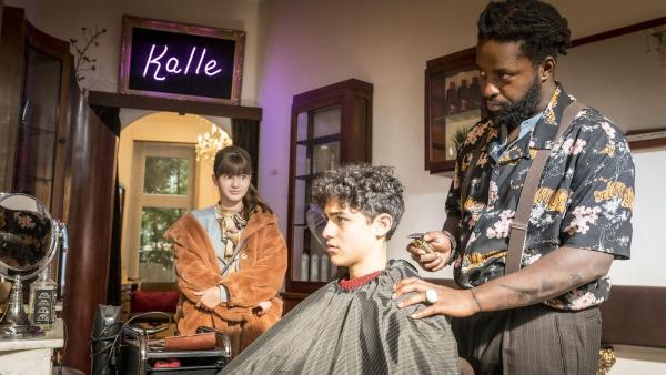 Gleich gehts Taruns (Caspar) Haaren an den Kragen. Lou (Luna) braucht einen schnellen Plan. | Rechte: NDR/Letterbox Filmproduktion/Boris Laewen