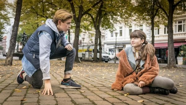 Jonny (Leander) hat sich große Sorgen um Lou (Luna) gemacht. | Rechte: NDR/Letterbox Filmproduktion/Boris Laewen