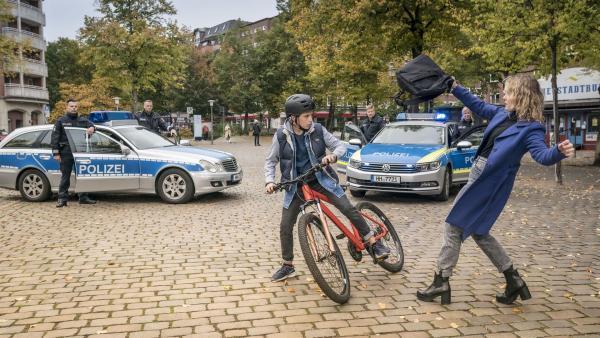 Jonny (Leander) kann die Flucht von Lara stoppen. | Rechte: NDR/Letterbox Filmproduktion/Boris Laewen