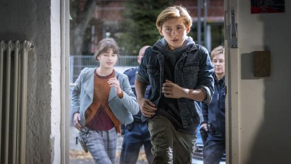 Jonny (Leander) und Lou (Luna) stürmen mit der Polizei die Jugendeinrichtung. | Rechte: NDR/Letterbox Filmproduktion/Boris Laewen