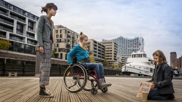 Lou (Luna, links) und Pippa (Elyza, Mitte) finden heraus, dass Momo zum Betteln gezwungen wird.   Rechte: NDR/Letterbox Filmproduktion/Boris Laewen