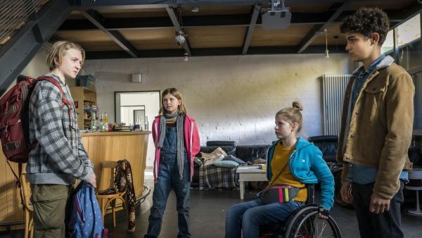 Pippa (Elyza, 2.v.rechts) und Tarun (rechts) stellen Flo und seiner Schwester Momo zur Rede.   Rechte: NDR/Letterbox Filmproduktion/Boris Laewen