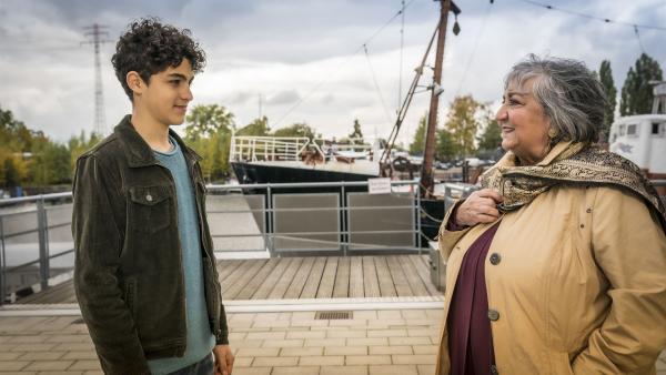 Tarun (Caspar, links) hat Besuch von seiner Oma Amisha aus Indien. | Rechte: NDR/Letterbox Filmproduktion/Boris Laewen