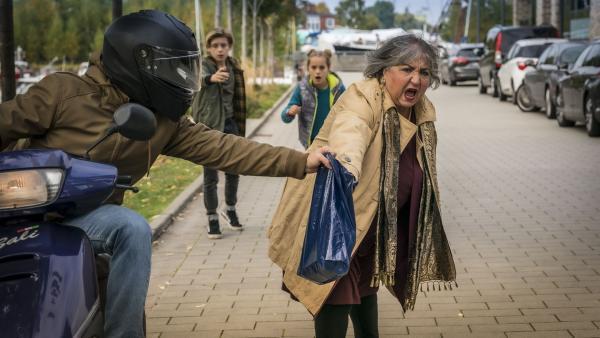 Vor den Augen der Pfefferkörner wird Taruns Oma Amisha überfallen. | Rechte: NDR/Letterbox Filmproduktion/Boris Laewen