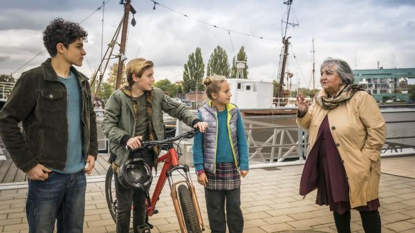 V.l.: Tarun (Caspar), Jonny (Leander) und Clarissa (Charlotte) versuchen, von Amisha mehr über den Diebstahl zu erfahren. | Rechte: NDR/Letterbox Filmproduktion/Boris Laewen