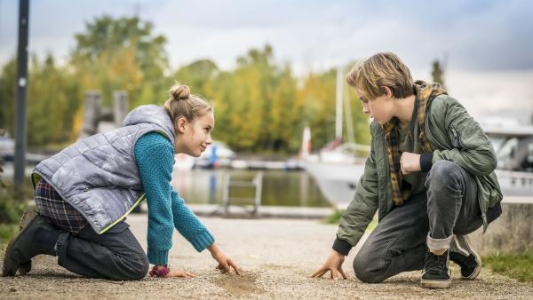 Clarissa (Charlotte) und Jonny (Leander) auf Spurensuche   Rechte: NDR/Letterbox Filmproduktion/Boris Laewen