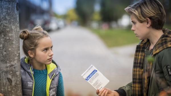Clarissa (Charlotte) und Jonny (Leander) finden eine Medikamentenpackung auf der Straße.   Rechte: NDR/Letterbox Filmproduktion/Boris Laewen