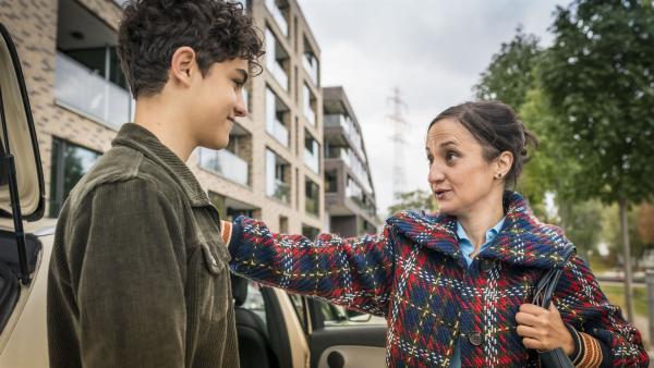 Tarun (Caspar) verabschiedet seine Mutter Jaswinder. | Rechte: NDR/Letterbox Filmproduktion/Boris Laewen