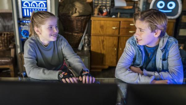 Zwischen Pippa (Elyza) und Jonny (Leander) funkt es. | Rechte: NDR/Letterbox Filmproduktion/Boris Laewen