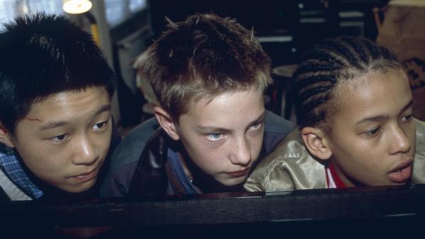 Panda (Tim Patrick Chan), Paul (Lukas Decker) und Jeremy (Thando Walbaum) liegen auf Beobachtungsposten, um die Diebe von Jeremys Königstrommeln zu entlarven! | Rechte: NDR/Sandra Höver