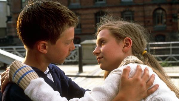 Nach bestandenem Abenteuer wollen sich Vivi (Aglaja Brix) und Paul (Lukas Decker) nie mehr trennen. | Rechte: NDR/Sandra Höver