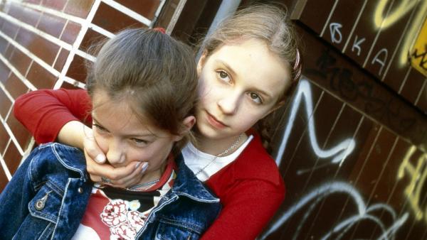 Vivi (Aglaja Brix) schnappt sich die Jüngste der berüchtigten Bladerbande, Sugar (Viktoria Kairat). | Rechte: NDR/Sandra Höver