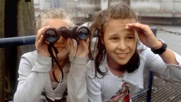 Natascha (links) werden von zwei älteren Jungs 200 Mark geklaut. Sie traut sich nicht zur Polizei zu gehen, weil die Jungs sie bedrohen. Jana bittet ihre Freunde Cem und Fiete um Hilfe. Gemeinsam wollen sie die Jungs überführen.  | Rechte: NDR/Baernd Fraatz