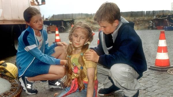 Im Hafen wird eine Bombe entschärft. Im letzten Augenblick finden Fiete (Julian Paeth) und Natascha (Vijessna Ferkic, re.) die verschwundene Vivi (Aglaja Brix, Mi.) und Hund Cola wieder. | Rechte: NDR/Baernd Fraatz