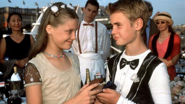 Auf der mit Lampions beleuchteten Rickmers feiern die Pfefferkörner mit ihren Eltern Sebastians Hochzeit. Fiete (Julian Paeth) sucht nach Worten, um Natascha (Vijessna Ferkic) seine Liebe zu gestehen. | Rechte: NDR/Boris Laewen