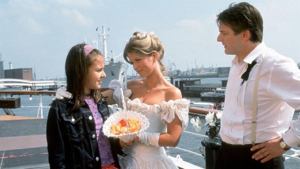 Jana (Anna-Elena Herzog) ist gar nicht begeistert, dass ihr Vater Sebastian (Max Herbrechter) seine neue Freundin Jacqueline (Miriam Lahnstein) heiratet. Auf keinen Fall wird sie Blumen streuen. | Rechte: NDR/Boris Laewen