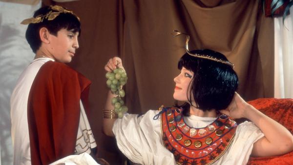 Im Hauptquartier führt Fiete Regie für ein Ägypten-Video. Cem (Ihsan Ay) und Natascha (Vijessna Ferkic) spielen Cäsar und Cleopatra. | Rechte: NDR/Boris Laewen