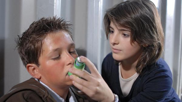 Rettung in letzter Sekunde: Yeliz (Mira Lieb) erlöst Laurenz (Tim Tiedemann) von seinem Asthmaanfall. Dabei kommen sich die beiden näher. | Rechte: NDR/Romano Ruhnau
