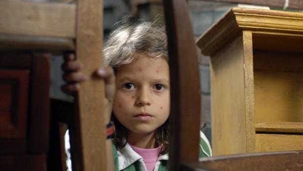 In Gefahr: Marie (Nina Flynn) muss sich vor gefährlichen Eindringlingen verstecken. | Rechte: NDR/Romano Ruhnau