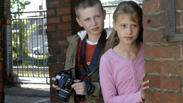 Karol (Moritz Glaser) und Lilly (Laura Gabriel) wollen den illegalen Handel von gefälschten Medikamenten aufdecken. | Rechte: NDR/Romano Ruhnau