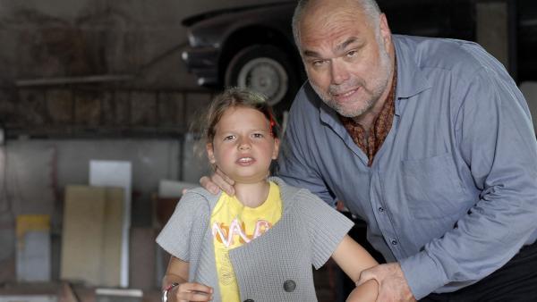Marie (Nina Flynn) wird bei ihren Ermittlungen von Autoschieber Kühnen (Ludger Burmann) entdeckt. | Rechte: NDR/Romano Ruhnau