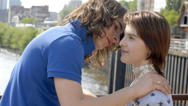 Frauenschwarm Milo (David Berton) heuchelt Interesse an Yeliz (Mira Lieb) vor. | Rechte: NDR/Romano Ruhnau