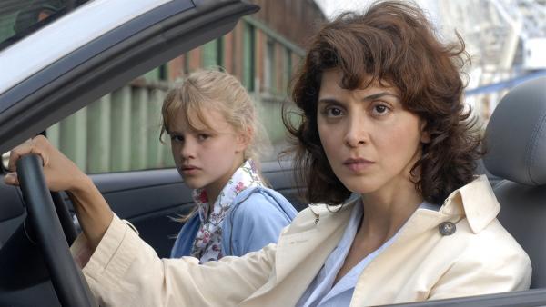 Zusammen mit Lilly (Laura Gabriel, li.) sucht Hatice (Sascha Öslem Soydan) nach ihrer Tochter Yeliz. | Rechte: NDR/Romano Ruhnau