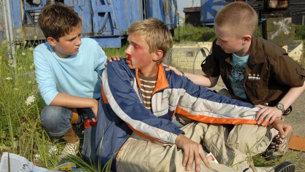 Laurenz (Tim Tiedemann, li.) und Karols (Moritz Glaser, re.) Mitschüler Moritz (Juraj Jordan, Mitte) wurde brutal zusammen geschlagen. Wer steckt dahinter? | Rechte: NDR/Romano Ruhnau
