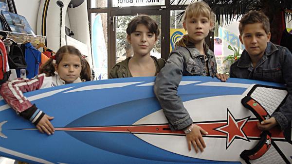 Die Pfefferkörner Marie (Nina Flynn, li.), Yeliz (Mira Lieb, 2.v.li.), Lilliy (Laura Gabriel) und Laurenz (Tim Tiedemann, re.) überlisten die EC-Karten-Betrüger. | Rechte: NDR/Romano Ruhnau