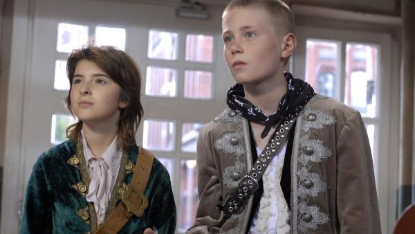 Keine Zeit zu verlieren: Yeliz (Mira Lieb) und Karol (Moritz Glaser) suchen nach einer Bombe im Teekontor. | Rechte: NDR/Romano Ruhnau