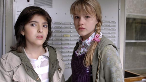 Yeliz (Mira Lieb) und Lilly (Laura Gabriel) sind entsetzt: Ihre Freundin Thérèse ist verschwunden. | Rechte: NDR/Romano Ruhnau